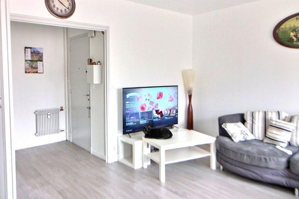 Appartement à louer 4 71.35m2 à Roanne vignette-2