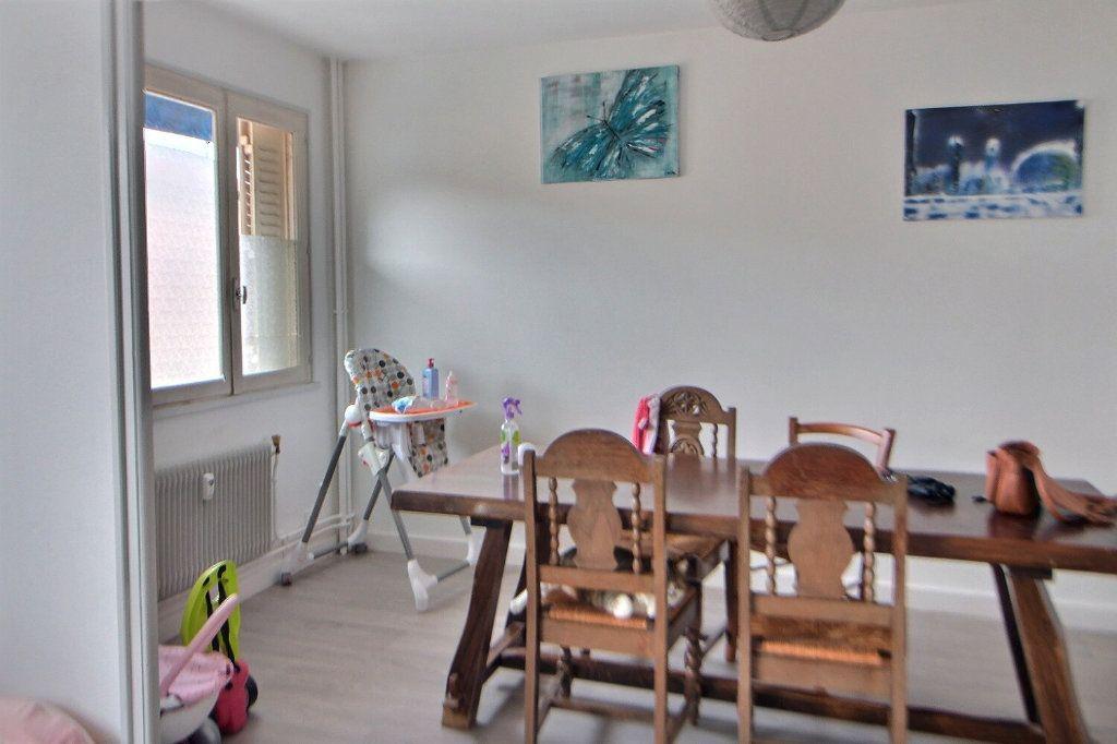 Appartement à louer 4 71.35m2 à Roanne vignette-3