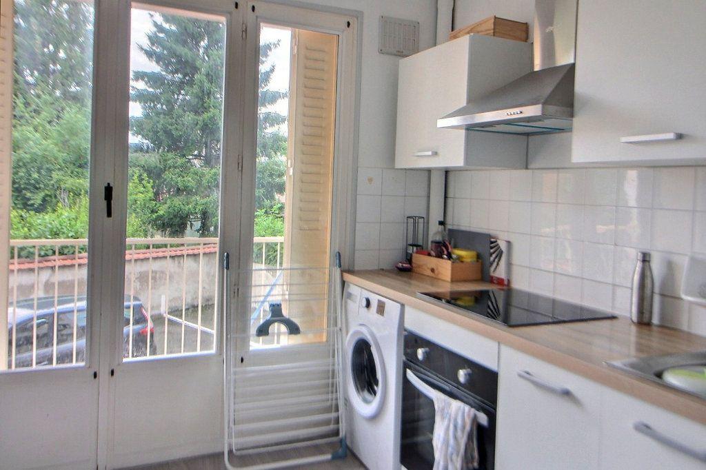 Appartement à louer 4 71.35m2 à Roanne vignette-4