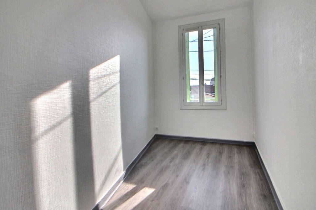Appartement à louer 4 70m2 à Roanne vignette-4