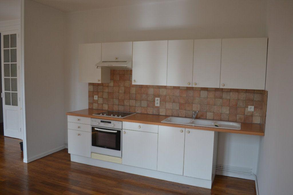 Appartement à louer 3 68.15m2 à Roanne vignette-2