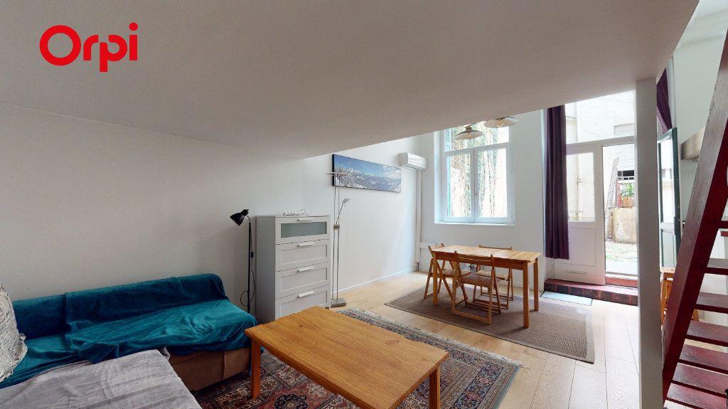Appartement à louer 2 32m2 à Lyon 1 vignette-2
