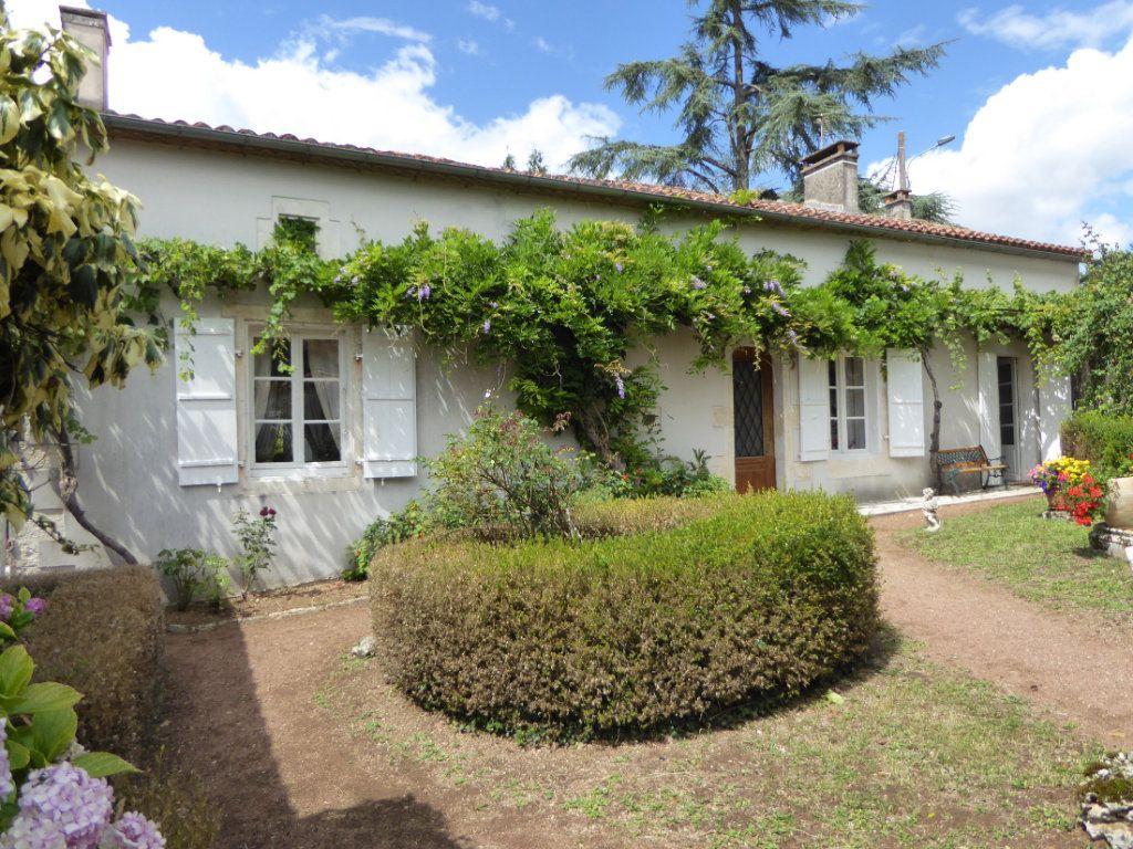 Maison à vendre 6 157m2 à La Rochefoucauld vignette-1