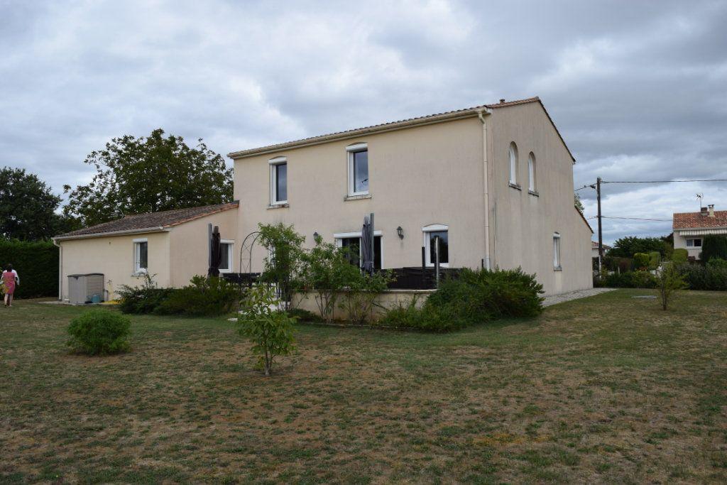 Maison à vendre 7 221m2 à Saint-Angeau vignette-1
