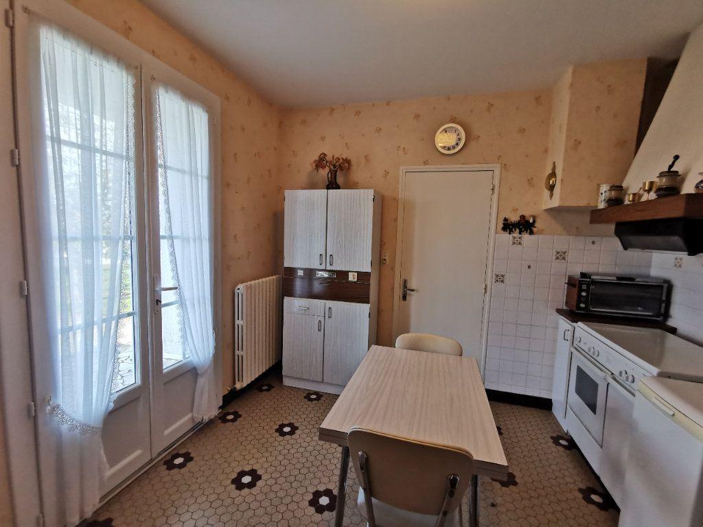 Maison à vendre 4 70m2 à Roumazières-Loubert vignette-6