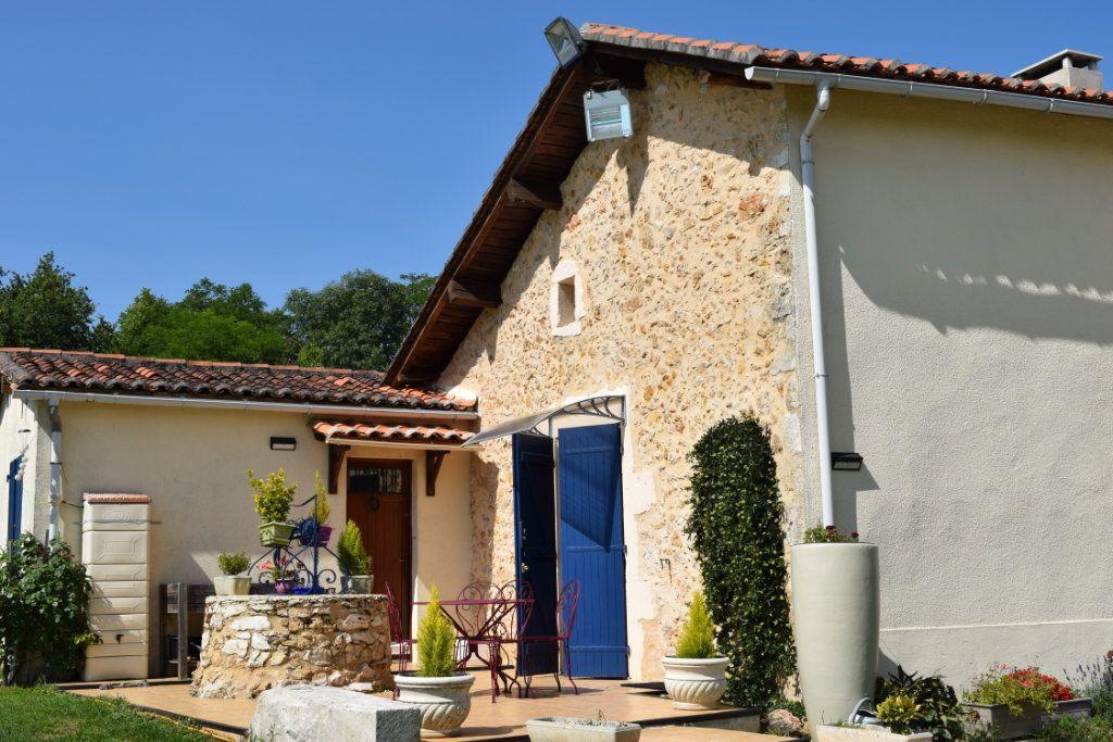 Maison à vendre 10 350m2 à Montbron vignette-1
