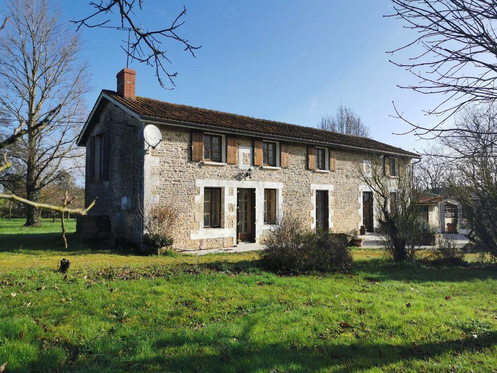 Maison à vendre 6 185m2 à Lussac vignette-1