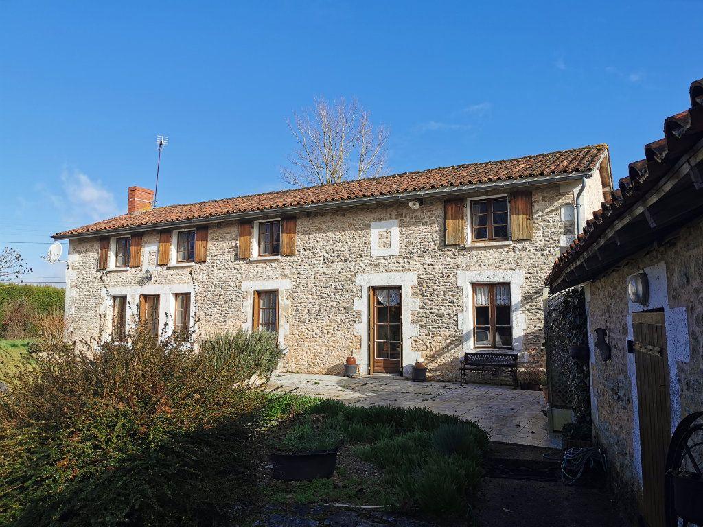 Maison à vendre 6 185m2 à Lussac vignette-2