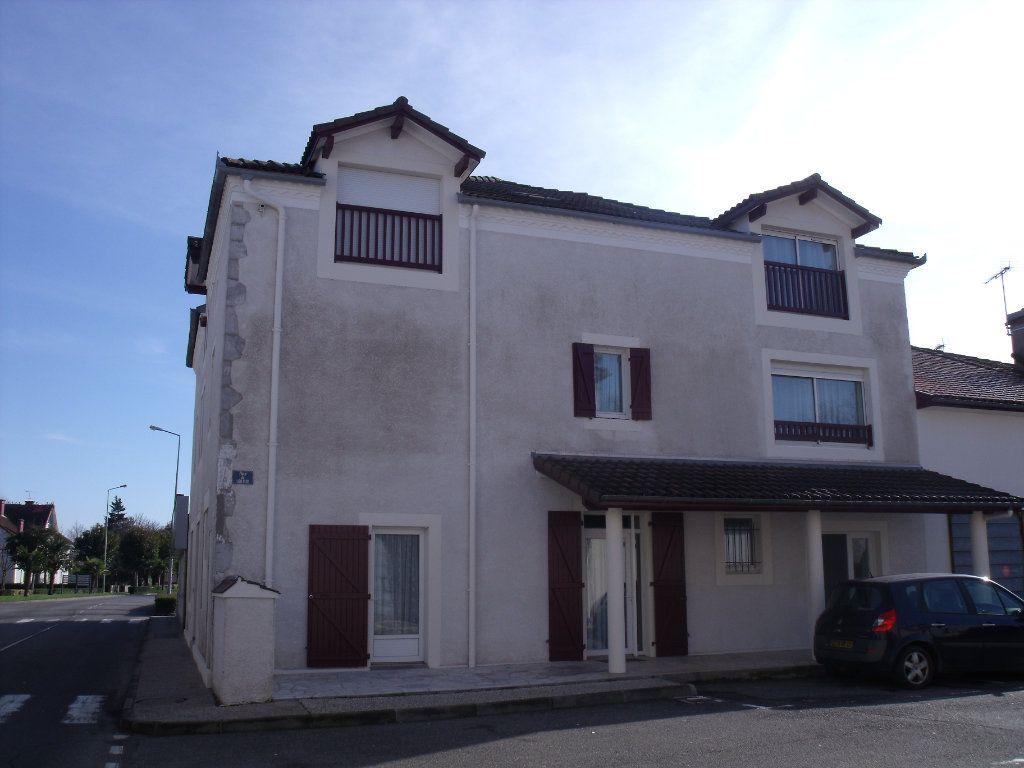 Appartement à louer 3 56m2 à Pomarez vignette-1
