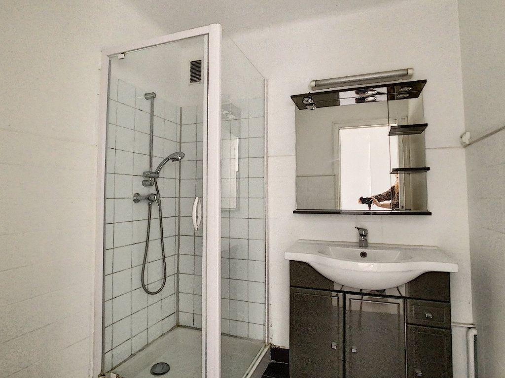 Appartement à louer 3 63.5m2 à Antibes vignette-7