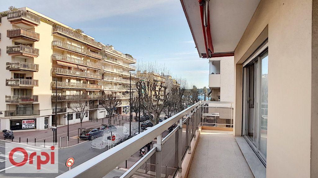 Appartement à louer 2 72m2 à Antibes vignette-1