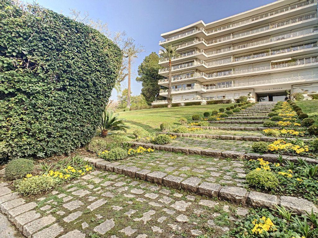 Appartement à louer 3 108m2 à Cannes vignette-2