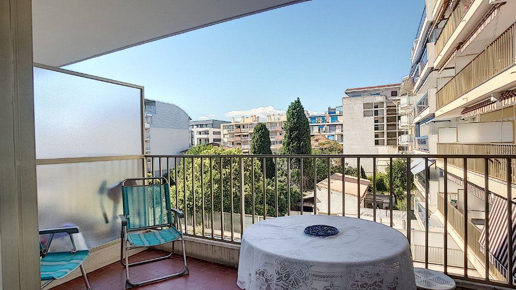 Appartement à louer 1 29.54m2 à Juan-les-Pins - Antibes vignette-1