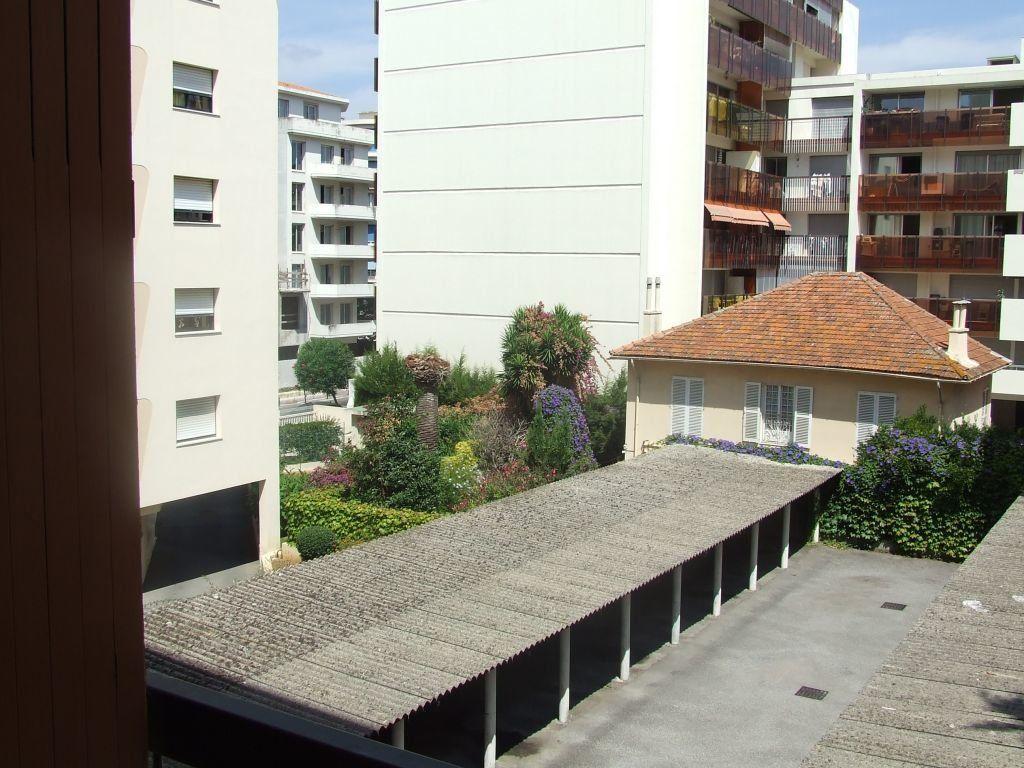 Appartement à louer 2 59.61m2 à Juan-les-Pins - Antibes vignette-1
