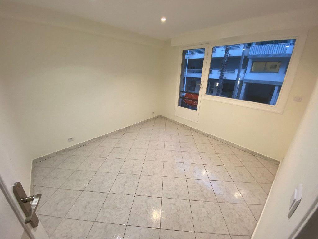 Appartement à louer 2 30m2 à Juan-les-Pins - Antibes vignette-3
