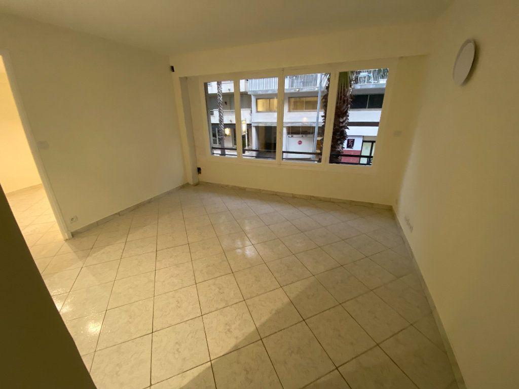 Appartement à louer 2 30m2 à Juan-les-Pins - Antibes vignette-5