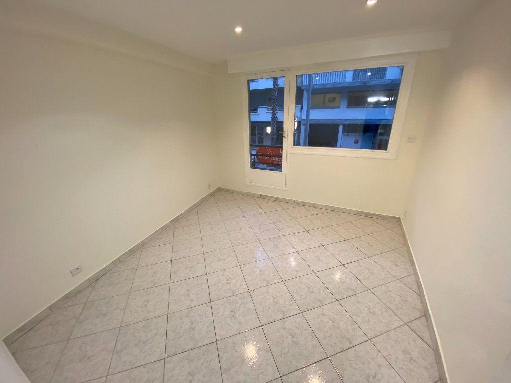 Appartement à louer 2 30m2 à Juan-les-Pins - Antibes vignette-7