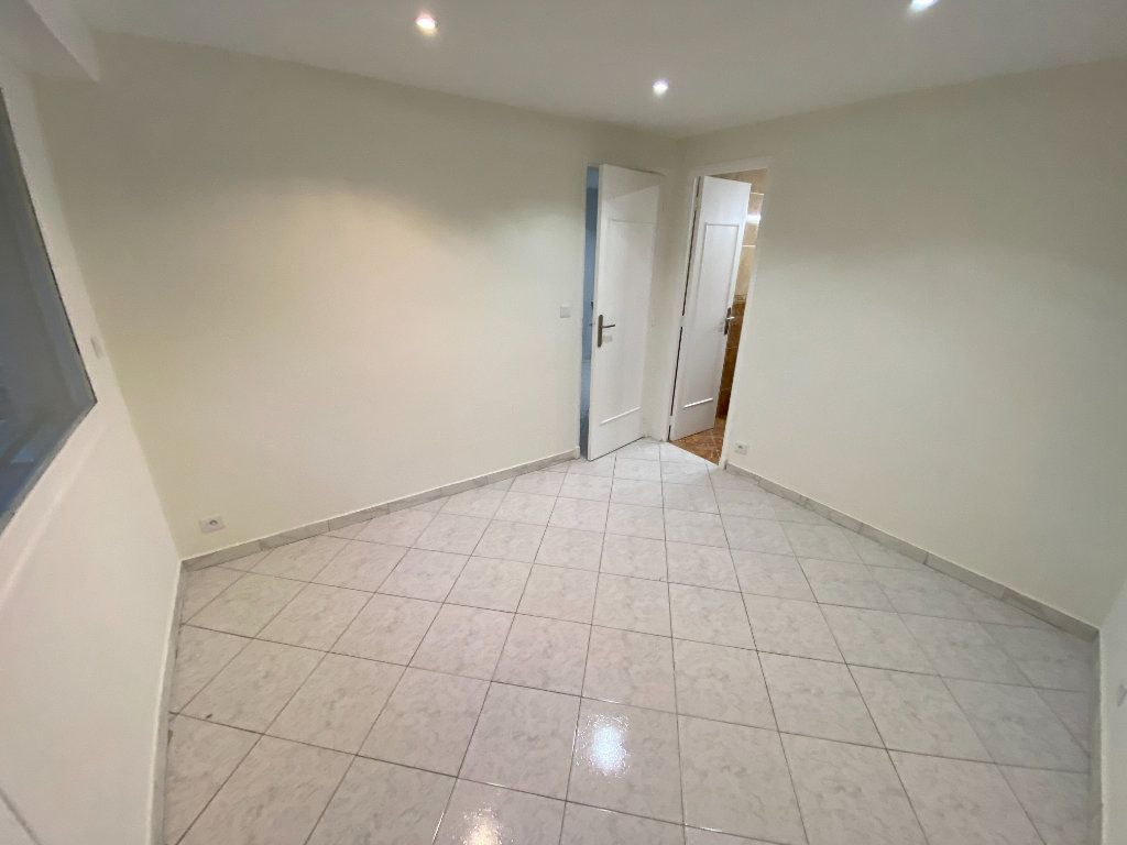 Appartement à louer 2 30m2 à Juan-les-Pins - Antibes vignette-9