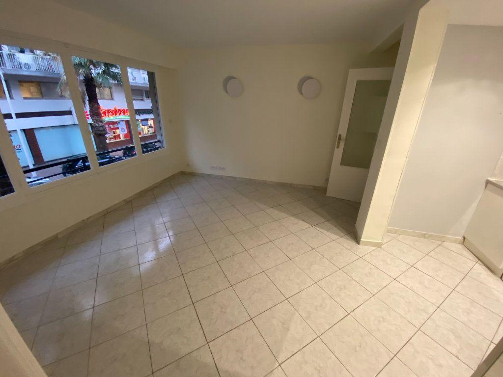 Appartement à louer 2 30m2 à Juan-les-Pins - Antibes vignette-10