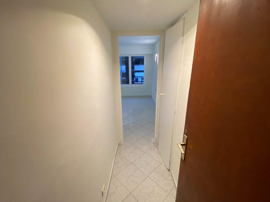 Appartement à louer 2 30m2 à Juan-les-Pins - Antibes vignette-12