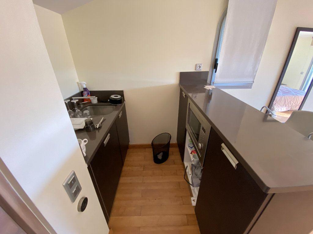 Appartement à louer 1 25m2 à Antibes vignette-4
