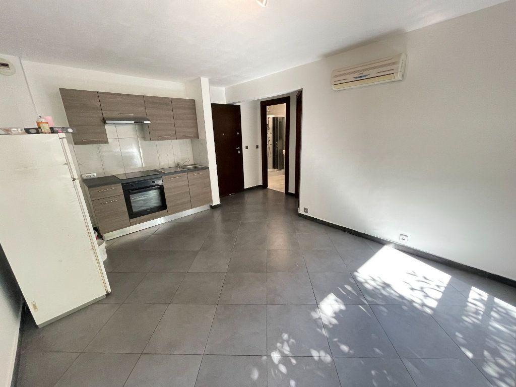 Appartement à louer 2 37.75m2 à Juan-les-Pins - Antibes vignette-1