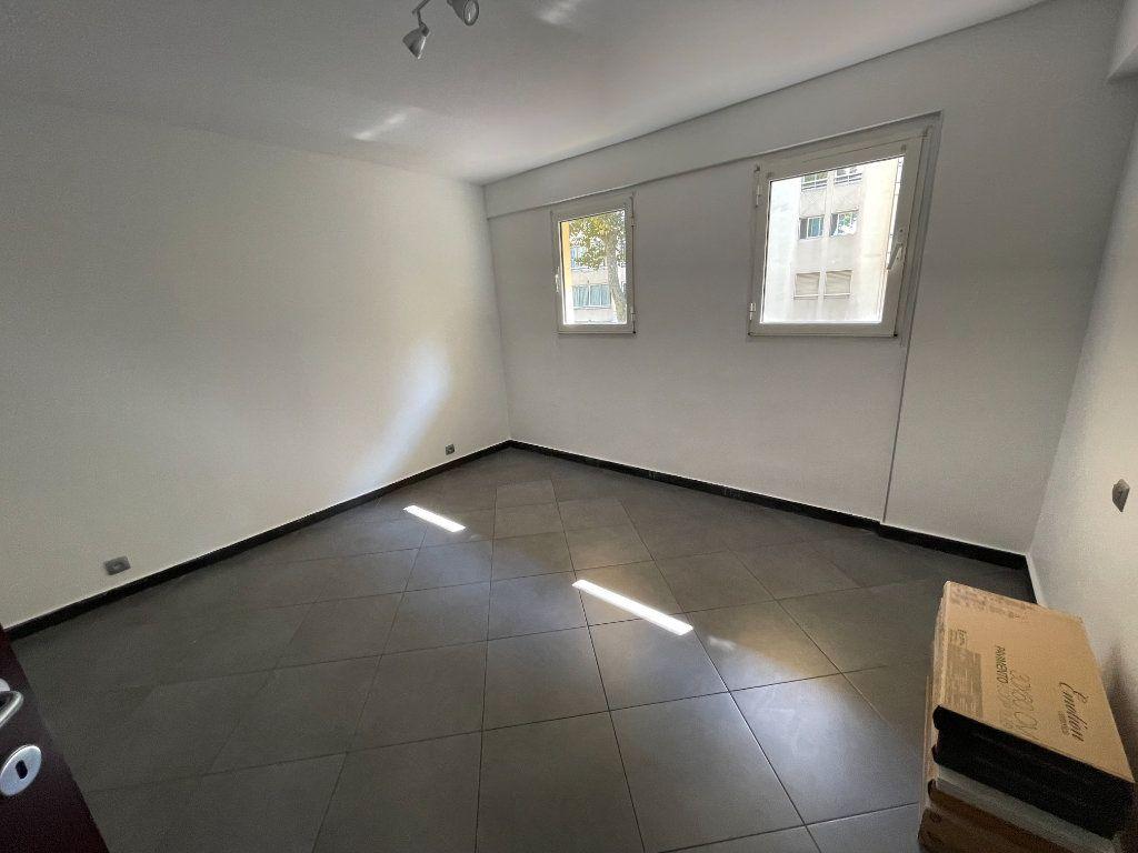 Appartement à louer 2 37.75m2 à Juan-les-Pins - Antibes vignette-3