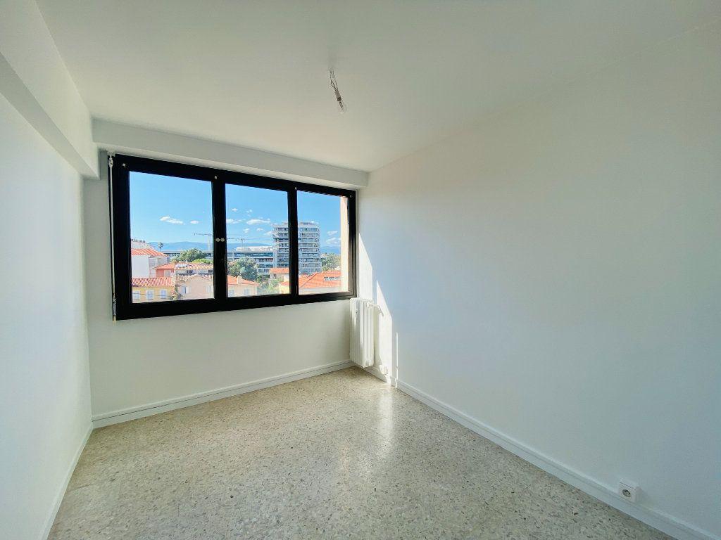 Appartement à louer 4 66.25m2 à Cannes vignette-4