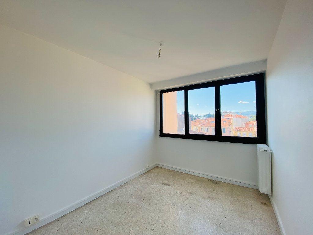 Appartement à louer 4 66.25m2 à Cannes vignette-5