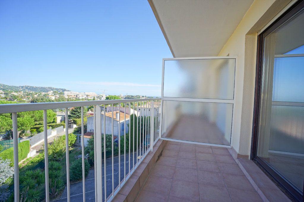 Appartement à louer 3 67.57m2 à Cannes vignette-4