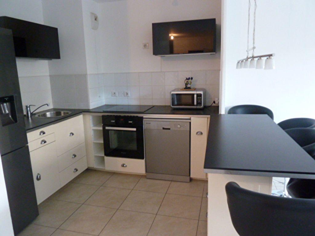 Appartement à louer 3 55.94m2 à Marseille 8 vignette-1