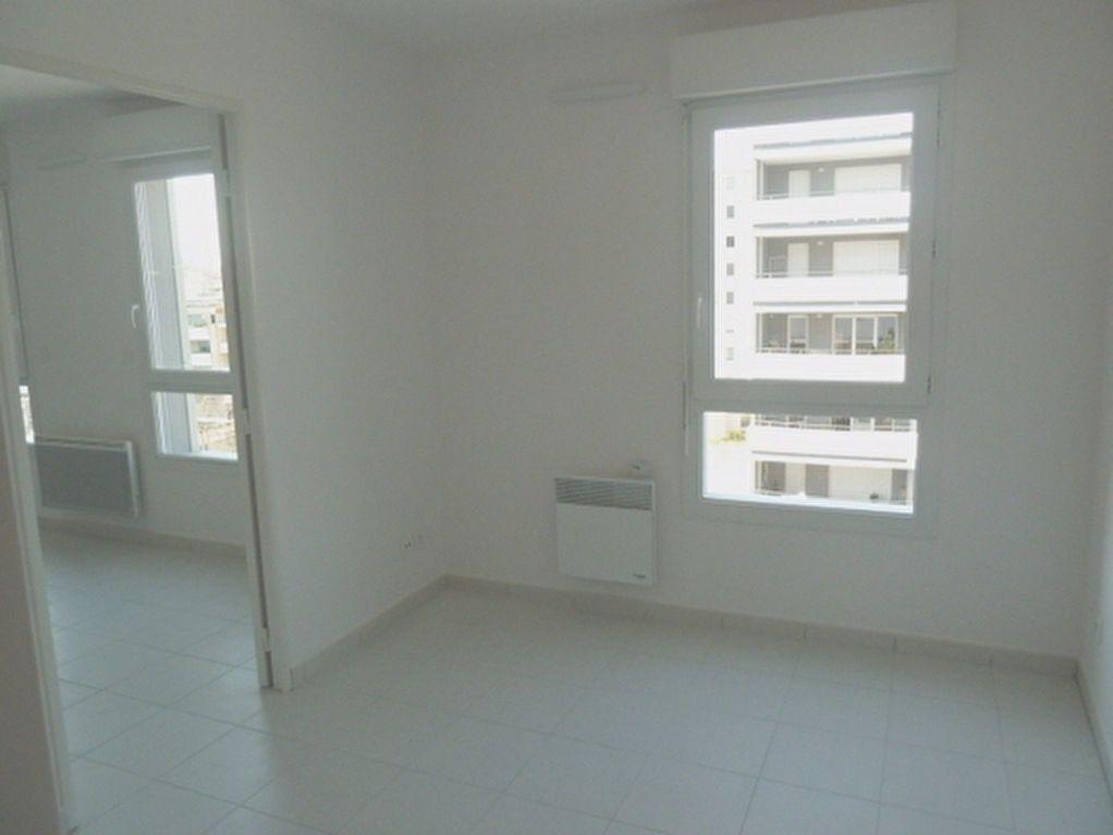 Appartement à louer 2 33m2 à Marseille 8 vignette-1