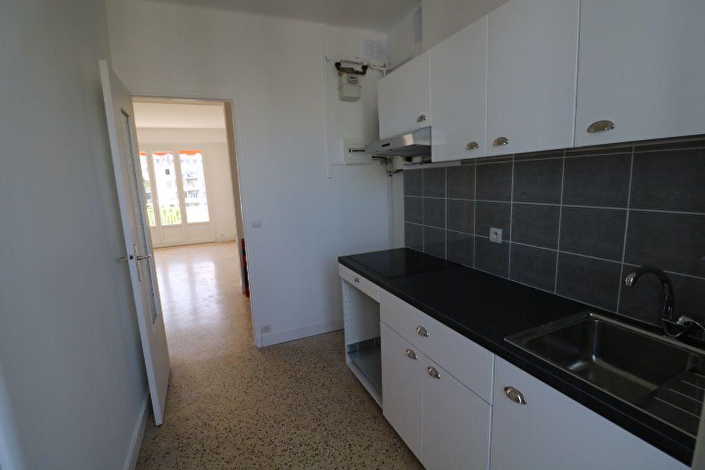 Appartement à louer 4 63.61m2 à Marseille 8 vignette-1