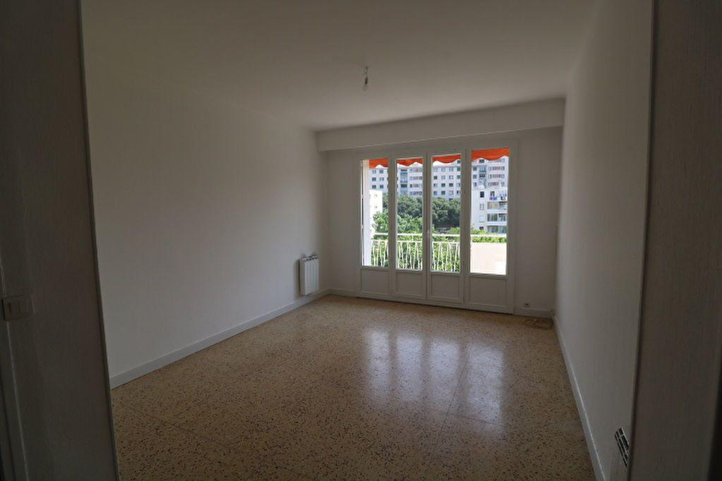 Appartement à louer 4 63.61m2 à Marseille 8 vignette-3