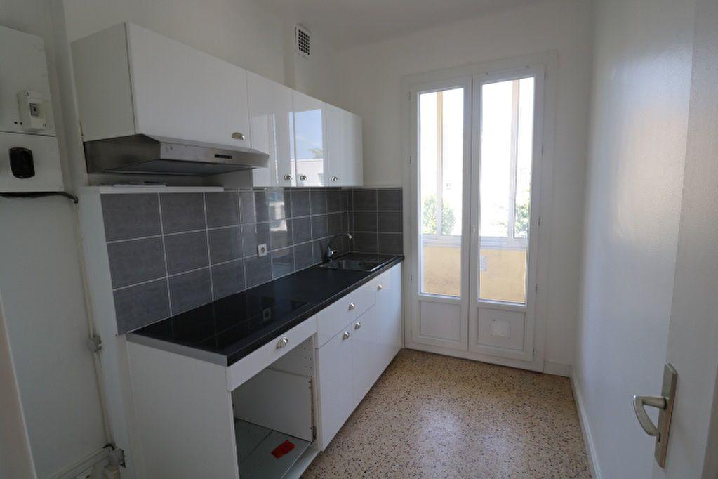 Appartement à louer 4 63.61m2 à Marseille 8 vignette-4