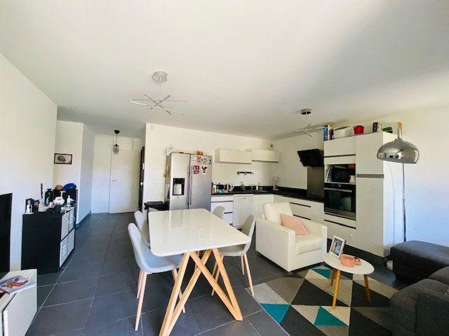 Appartement à louer 3 65.2m2 à Marseille 9 vignette-1