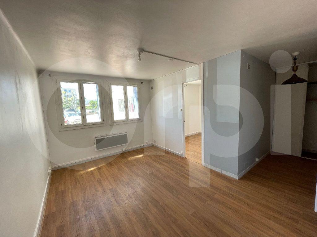 Appartement à louer 2 38m2 à Marseille 8 vignette-1