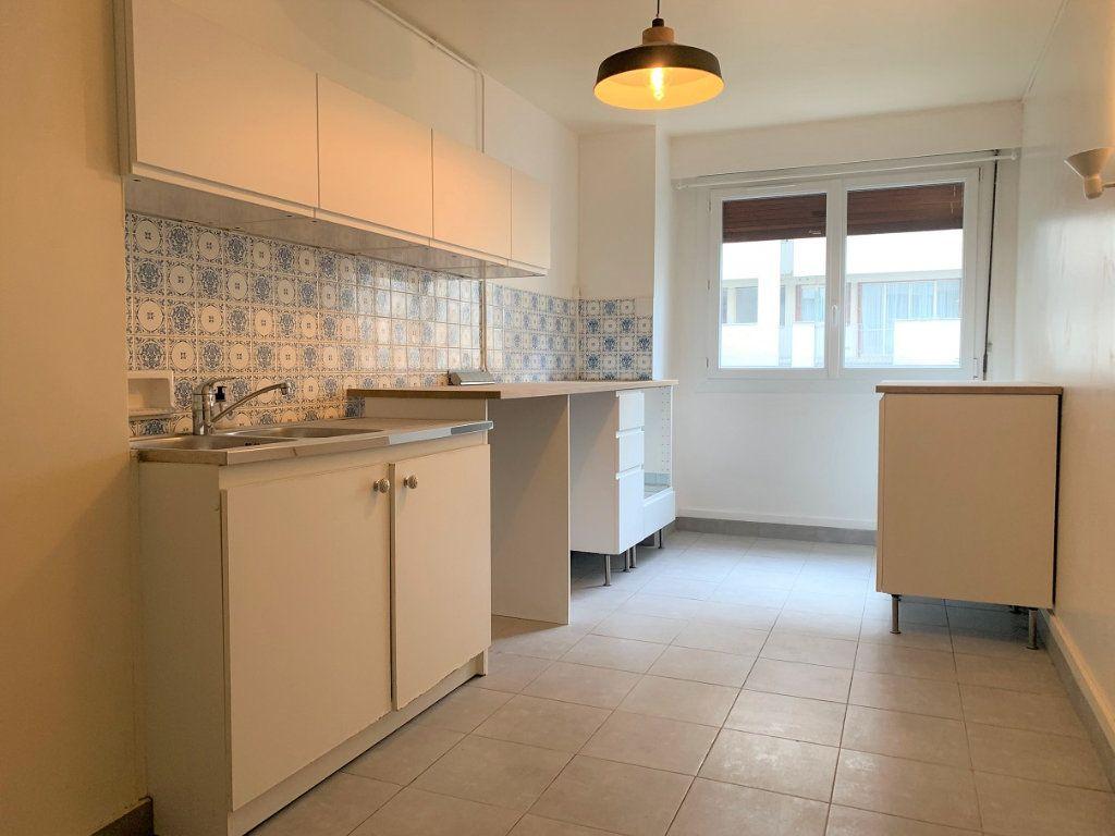 Appartement à louer 3 70.14m2 à Paris 20 vignette-3
