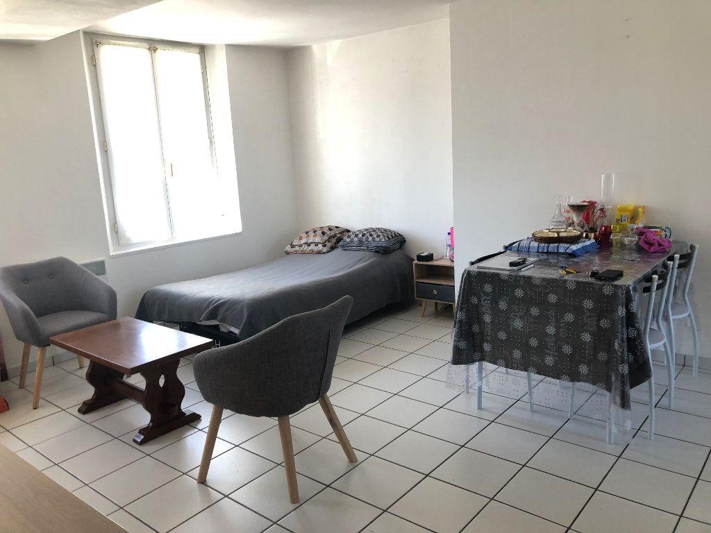 Appartement à louer 1 29m2 à Estrées-Saint-Denis vignette-1