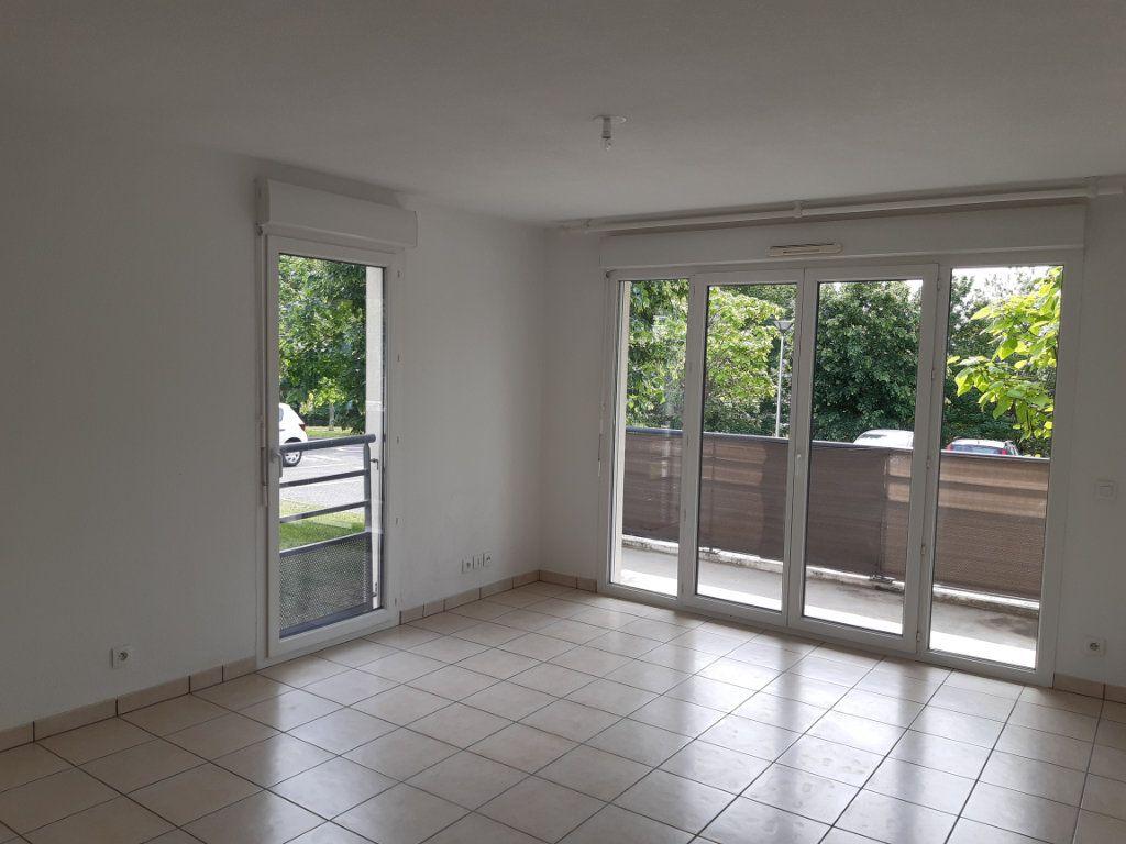 Appartement à louer 3 55.63m2 à Gex vignette-3