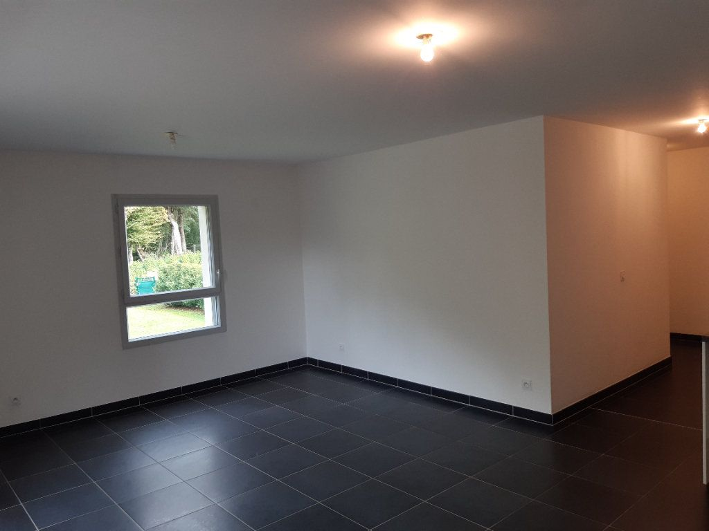 Appartement à louer 3 63.77m2 à Chevry vignette-3