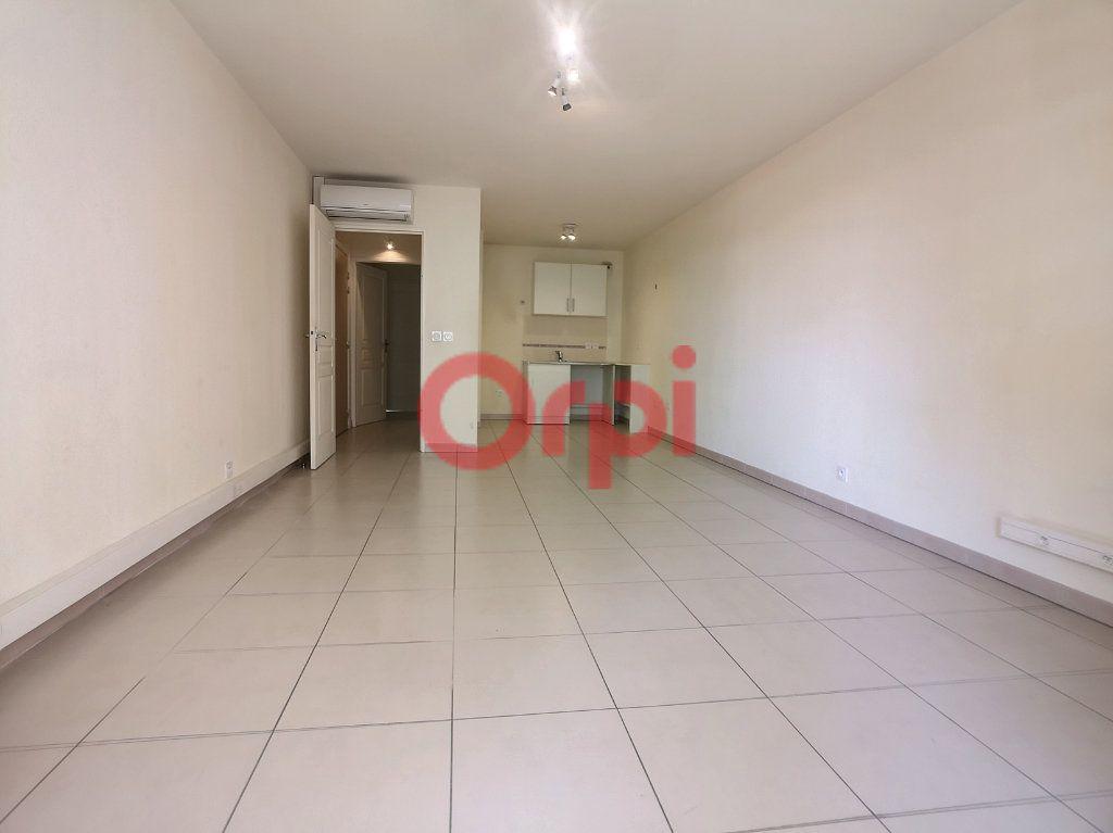 Appartement à louer 3 59.3m2 à Saint-Laurent-du-Var vignette-3