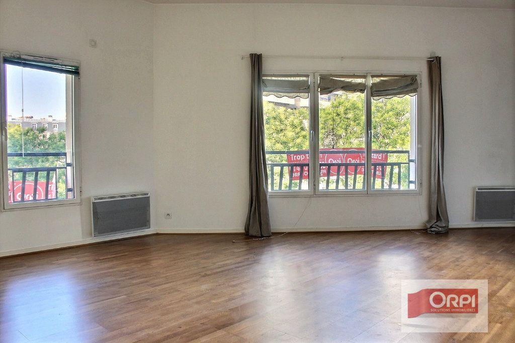 Appartement à louer 2 57m2 à Paris 19 vignette-1