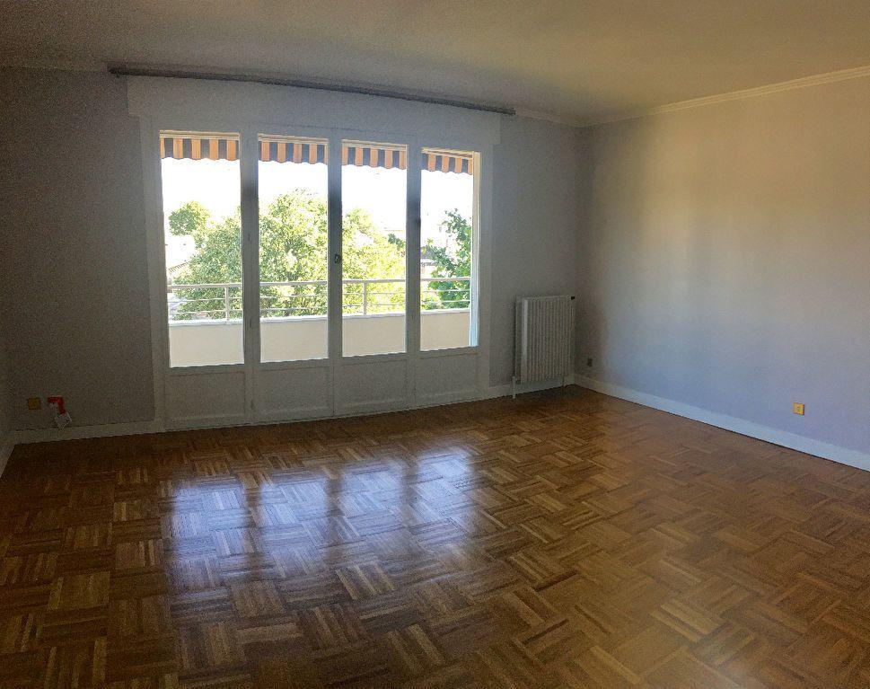 Appartement à louer 4 97.29m2 à Lyon 8 vignette-2