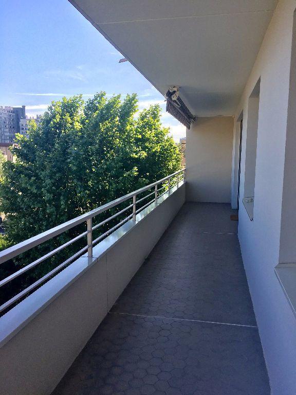 Appartement à louer 4 97.29m2 à Lyon 8 vignette-5