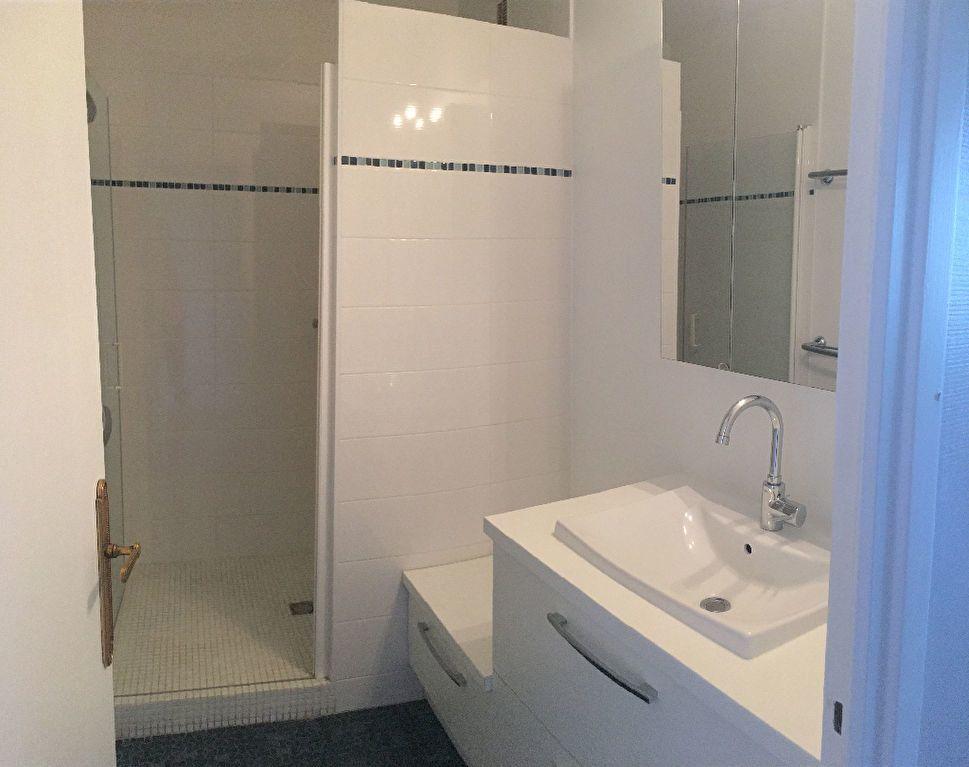 Appartement à louer 4 97.29m2 à Lyon 8 vignette-7
