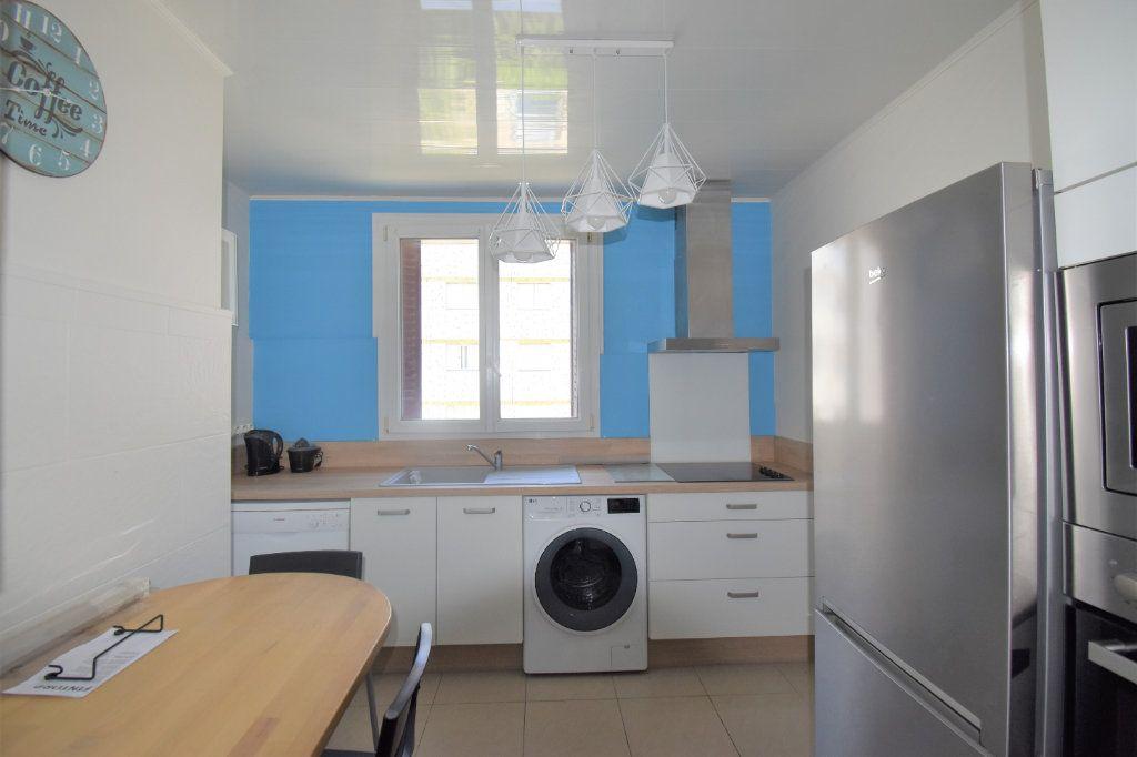 Appartement à louer 4 62.93m2 à Lyon 8 vignette-1