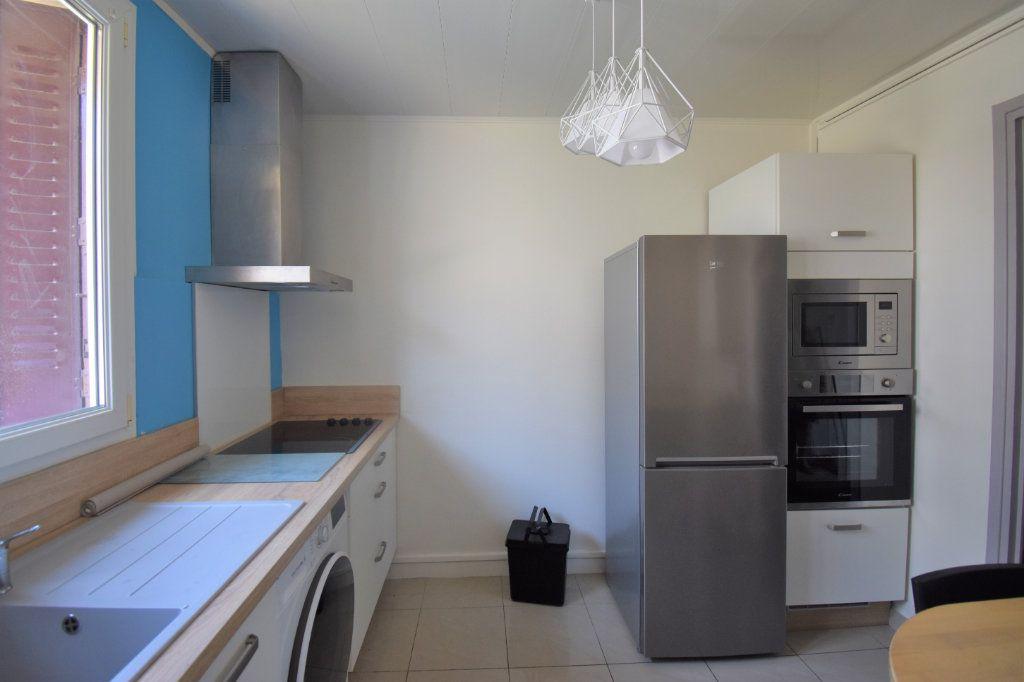 Appartement à louer 4 62.93m2 à Lyon 8 vignette-2