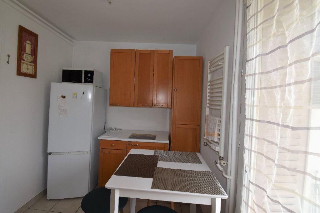 Appartement à louer 4 61.07m2 à Lyon 8 vignette-5
