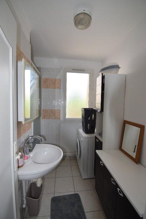 Appartement à louer 4 61.07m2 à Lyon 8 vignette-9